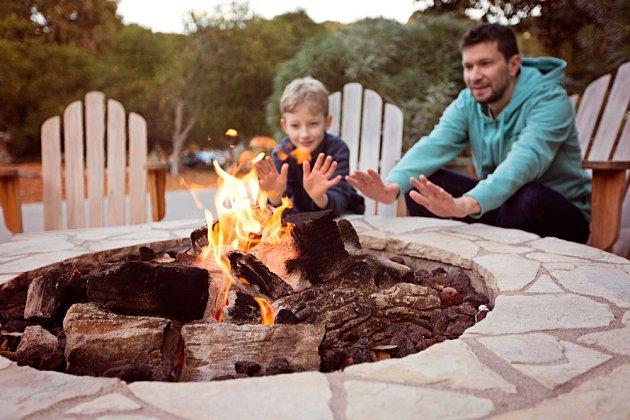 Zděné ohniště může být příjemným místem k posezení.