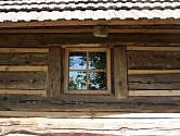 Oknem vidíme nejen ven, ale také dovnitř budovy.