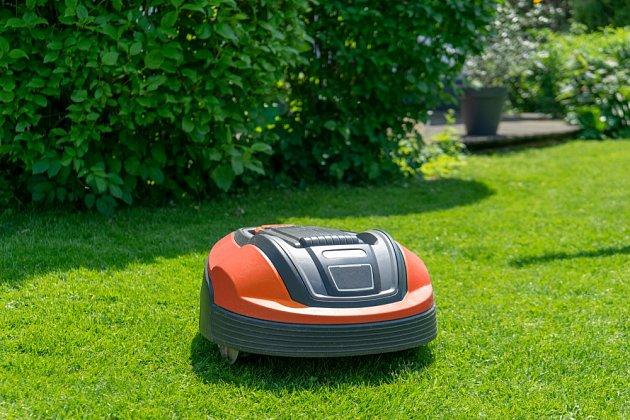 Robotická sekačka nedovolí trávníku přerůst, a tak máme stále posečeno