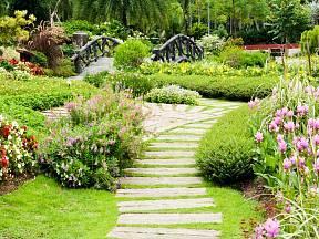 Jednotlivé prostory každé zahrady jsou většinou protkány mnoha cestičkami.