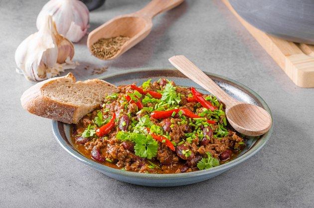 Chilli con carne. Recept má různé varianty - někdy je v něm i kukuřice.