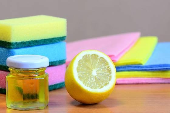 Na lepidlo funguje velmi dobře olej, zkusit můžete i citrón