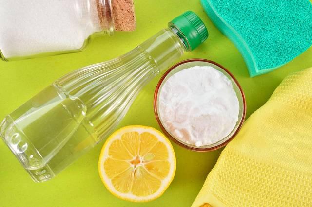 Pomocníci s domácím úklidem - ocet, citron, soda.