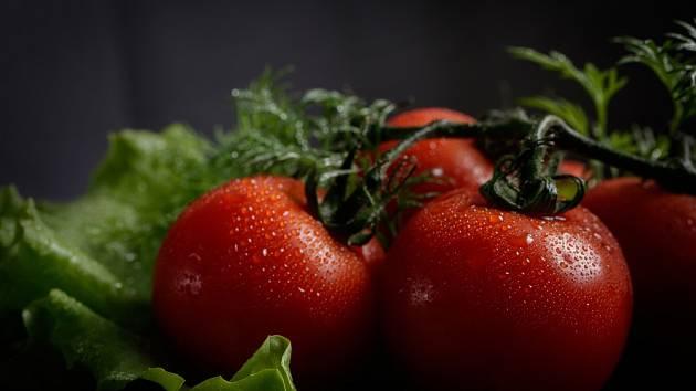 Jak pěstovat saláty a rajčata přímo v bytě: bez půdy