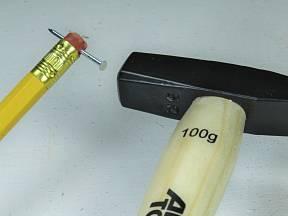 Tužka s gumou jako praktická pomůcka při zatloukání hřebíků