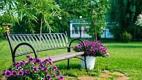 Základ této lavičky tvoří kovový rám.