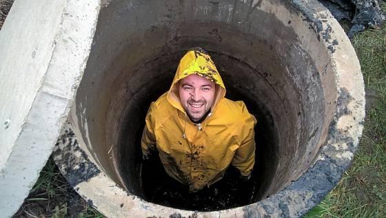 Čištění studny je špinavá práce