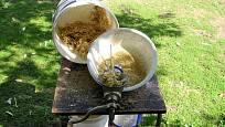 Získání zrn mletím na mlýnku na maso