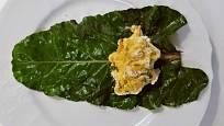 Na spařené listy mangoldu rozdělíme lžičkou těsto.