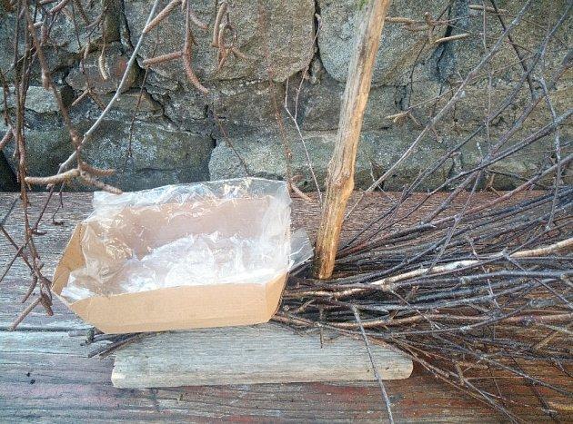 Na dřevěnou podložku umístíme misku s igelitem pro vložení květin.
