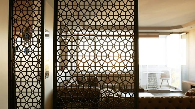 Dělící stěna s geometrickým vzorem