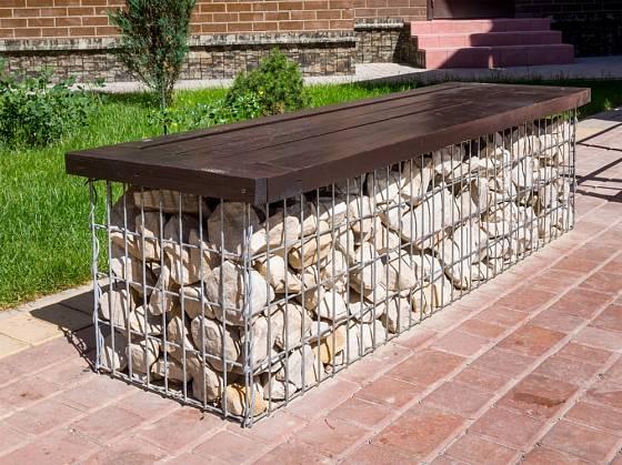 Jednoduchá zahradní lavička může také vzniknout z gabionu.
