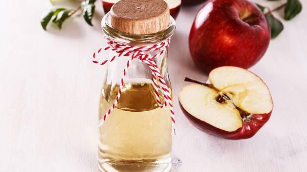Proč si jednou za měsíc umýt vlasy jablečným octem?