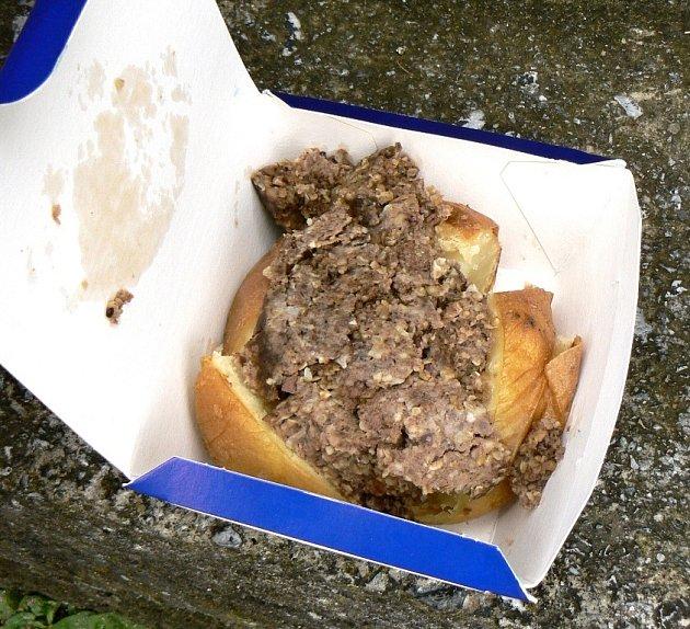 Jacket potatoes se ve Skotsku plní porcí haggis.