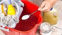 Lžíci jedlé sody můžeme přidat i do vody na mytí podlahy.