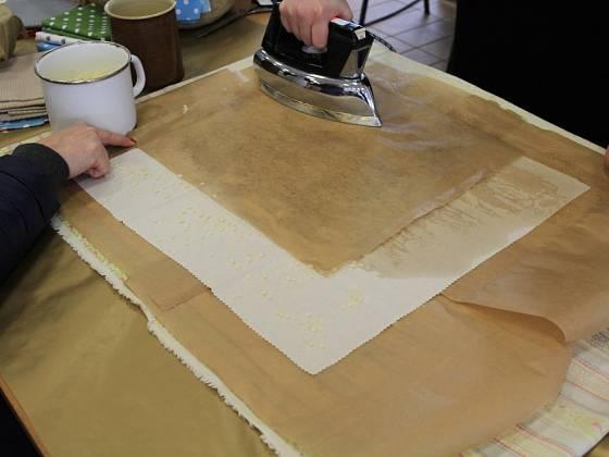 K zažehlení včelího vosku použijeme starou žehličku.