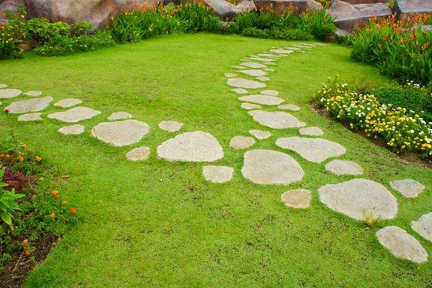 Nášlapné kameny či dlaždice umožní přejít suchou nohou i za rosy