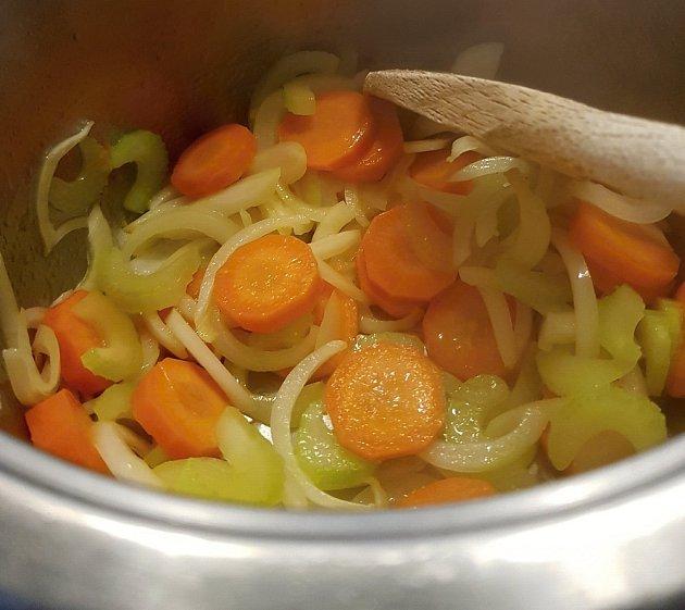Mrkev, řapíkatý celer a cibuli zprudka opečeme.