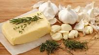Ingredience na přípravu česnekového másla.