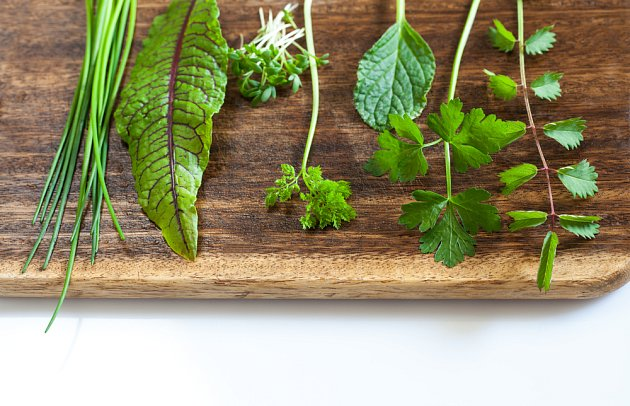 Základem frankfurtské zelené omáčky jsou bylinky.