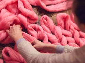 K pletení ze silné příze nepotřebujete ani jehlice.
