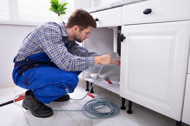 Dalším z nástrojů, kterým můžeme doma vyčistit odpad, je instalatérské péro.