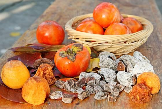 Plody kaki můžeme konzumovat jak syrové, tak sušené.