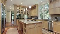 Prostorná kuchyně s dubovým dřevem a žulovou pracovní deskou.