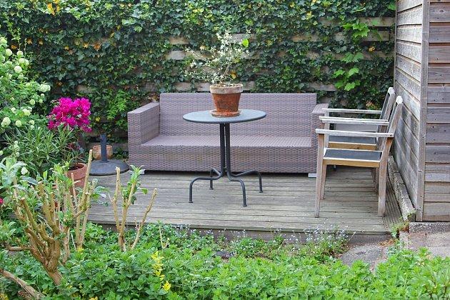 Dřevěná terasa jako zahradní obývací pokoj
