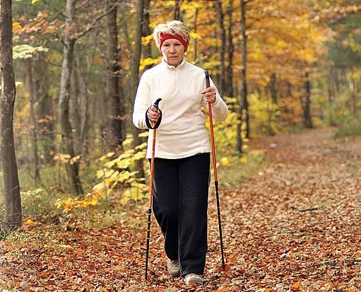 Chůze nepoškozuje klouby, snižuje krevní tlak a posiluje kardiovaskulární systém.