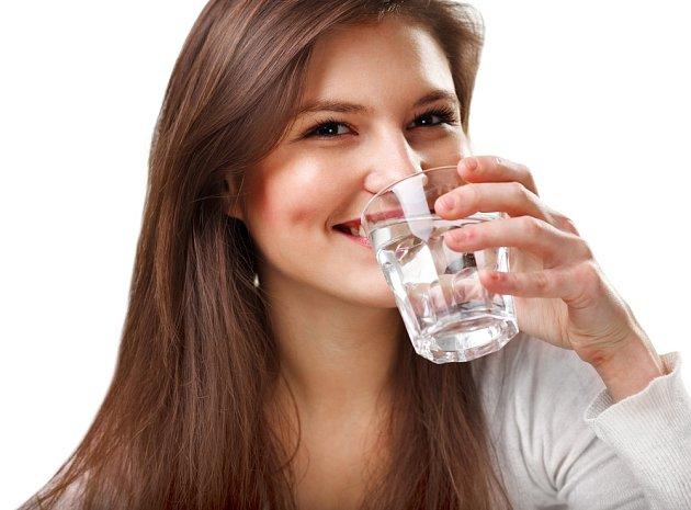 Voda by měla být běžnou součástí našeho jídelníčku. Ne džusy, šťávy, ani káva!