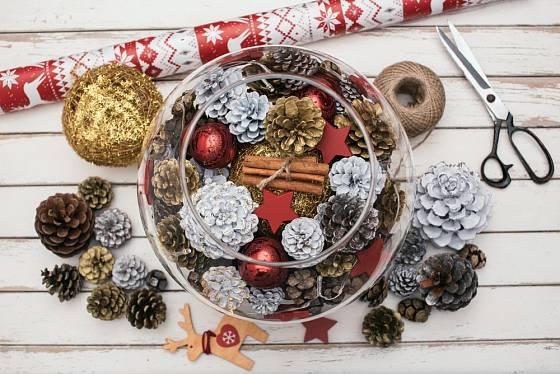 Různě obarvené šišky se hodí při přípravě vánočních dekorací.