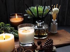 Vonné svíčky a tyčinky patří mezi symboly pohodového života