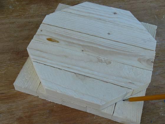 Výroba dřevěné trojnožky: Podle jedné řežeme druhé dýnko
