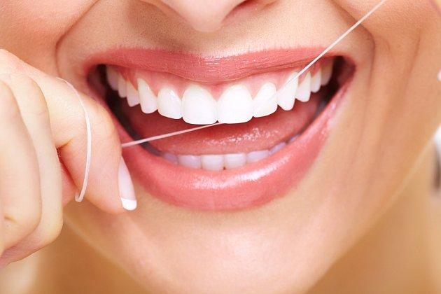S péčí o mezizubní prostory pomůže zubní nit.