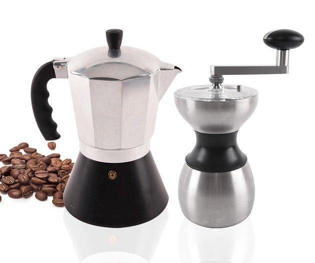 Kávovar a ruční nerezový mlýnek na kávu. Foto: (C)www.oriondomacipotreby.cz