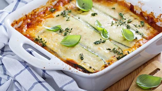 Parmazánem mísu zasypte až v závěru, aby se sýr nepřipálil.