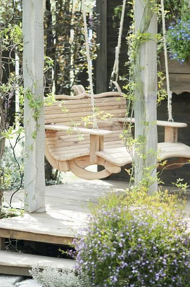 Dřevěná lavička zavěšená na lanech potřebuje stabilní oporu k zavěšení.