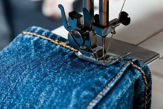Ne každý šicí stroj zvládne šití více vrstev silných látek.