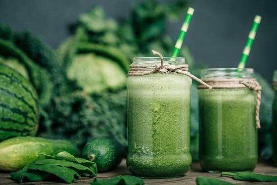 Zeleninové smoothie je vynikající z okurek, špenátu a kiwi.