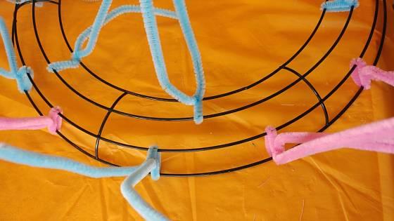 Drátěná kruhovitá podložka umožňuje navazování stužek, vyplňování věnce mechem, nebo obalování jiným materiálem.