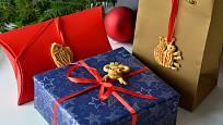 Vánoční dárky přizdobené zvířátky z vizovického těsta.