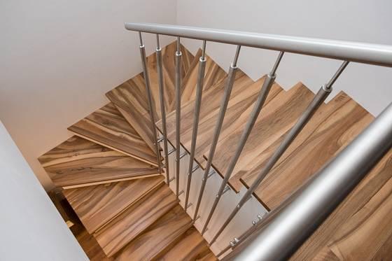 Majitel domu se nebojí kombinovat tradiční a nové, přírodní materiály a lesklý kov
