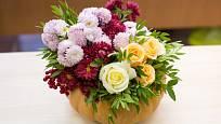 Listopadky v různých barvách jsou k ozdobení dekorací stejně vhodné jako smetanově krémové růže.