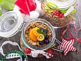 Vánočně zabalená granola pod stromečkem potěší