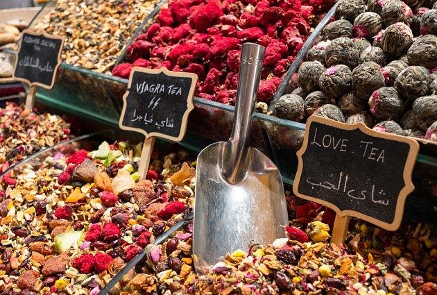 Nápoje lásky prodávané na istanbulském tržišti.