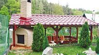 komín je veden skrz střechu pergoly