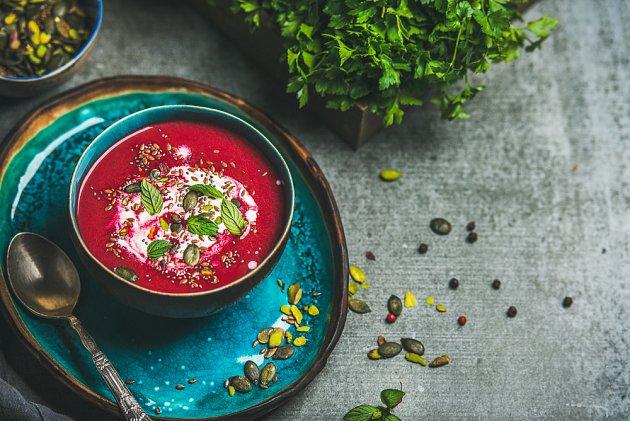 Polévka z řepy dobře vypadá i posypaná různými semínky.