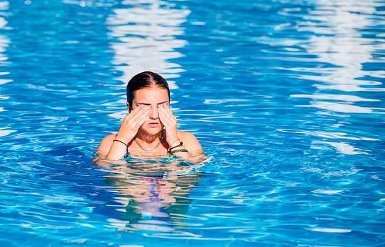Moc chlóru v bazénu je pro citlivé jedince problém