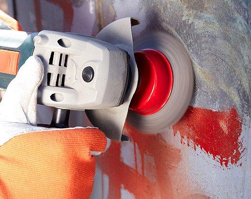 Kov můžeme brousit ocelovým kartáčem jak ručně tak elektricky